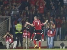 Die albanischen Spieler feiern nach dem Führungstreffer gegen Dänemark