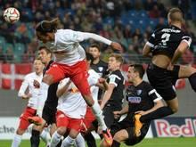 Yussuf Poulsen (M.) steigt hoch, doch der Bochumer Fabian Holthaus (r) hat den Ball bereits berührt: Eigentor. Foto: Hendrik Schmidt