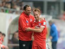 Trainer Frank Schmidt (l) freut sich auf die Herausforderung im Pokal. Foto: Daniel Maurer