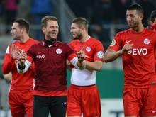 Offenbachs Trainer Rico Schmitt (2.v.l.) ließ sich mit seinen Spielern feiern