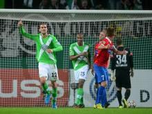 Wolfsburgs Bas Dost (M) bejubelt seinen Treffer zum 2:1 . Foto: Peter Steffen