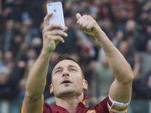 Francesco Totti hilet seinen Torjubel mit einem Selfie fest. Foto: EPA