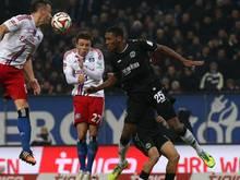 Hannovers Marcelo (r.) sorgte mit zwei unglücklichen Aktionen für den 2:1-Sieg des HSV