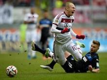 Florian Hartherz (r.) holt Arjen Robben von den Beinen