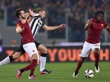 Juve-Verteidiger Giorgio Chiellini versucht sich gegen die Roma-Gegenspieler Miralem Pjanic und Gervinho durchzusetzen