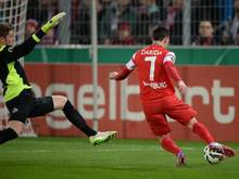 Vladimir Darida (r.) erzielt das 2:0 für Freiburg gegen Torwart Timo Horn (l.) vom 1. FC Köln
