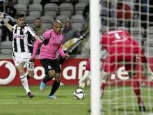 Yacine Brahimi (M.) vom FC Porto stürmt von Luis Aurelio bedrängt auf das Tor von Nacional zu