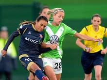 Die Wolfsburgerin Lena Goessling (r.) im Zweikampf mit Rosengards Marta