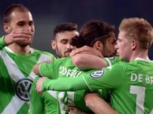 Der Strafstoßtreffer von Ricardo Rodriguez (2.v.r) entscheidet das Viertelfinale zugunsten der Wolfsburger