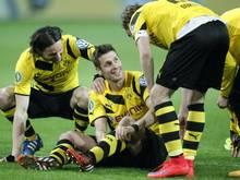 Die BVB-Spieler wussten, bei wem sie sich zu bedanken hatten: Sebastian Kehl (M)