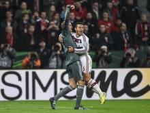 Manuel Neuer feiert Thiago nach seinem verwandelten Elfmeter