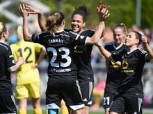 Frankfurts Spielerinnen jubeln nach dem Tor zum 3:0