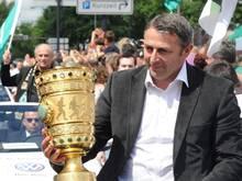 Als Geschäftsführer von Werder Bremen hielt Klaus Allofs 2009 den DFB-Pokal in Händen