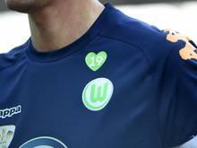 Alle Wolfsburger Spieler trugen auf ihren Trikots ein Herz mit einer 19, der Rückennummer von Junior Malanda auf der Brust