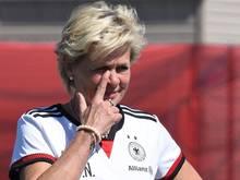 Bundestrainerin Silvia Neid hat zusammen mit Britta Carlson Gegner Frankreich analysiert