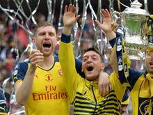 Per Mertesacker und Mesut Özil peilen den ersten Titel der Saison an