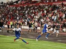 Die Spieler aus Israel (vorn) bringen sich vor den aggressiven bulgarischen Fans in Sicherheit