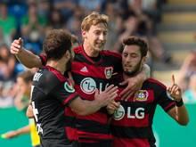 Leverkusens Hakan Calhanoglu (r) bejubelt sein Tor zum 2:0 mit Stefan Kießling (M) und Admir Mehmedi