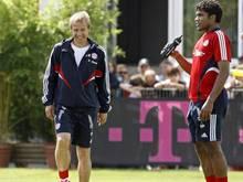 Trainer Jürgen Klinsmann (l) und Abwehrspieler Breno waren 2008 zusammen beim FCBayern München