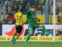 Jonas Hofmann lässt Leverkusens Torwart Bernd Leno (r) aussteigen und macht das 1:0