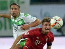 Der Wolfsburger Ricardo Rodriguez (l.) und Münchens Thomas Müller kämpfen um den Ball