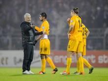 Frankfurts Trainer Armin Veh (l) war nach dem Spiel in Aue sauer auf seine Spieler