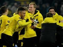 Nuri Şahin (r) freute sich mit seinen Teamkollegen über den Sieg und sein Comeback