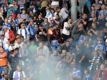 Ein Feuerwerkskörper fliegt in den Fanblock des 1.FC Magdeburg.