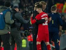 """Liverpools Teammanager Jürgen Klopp gratuliert seinem """"Wunderkind"""" Benjamin Woodburn"""
