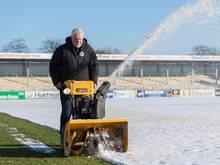 Nachdem es kräftig geschneit hat, muss das Frimo-Stadion vom Schnee befreit werden