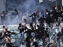Chaos in Volos: Fans der gegnerischen Mannschaften liefern sich heftige Auseinandersetzungen