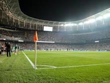 Nach dem Ausfall einer Hälfte der Stadionbeleuchtung gab es in Istanbul eine Spielunterbrechung
