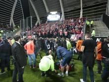 Während desErstligaspiels war einSicherheitsgeländer des Gästeblocks zusammengebrochen