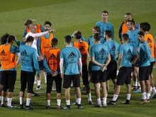 Real-Trainer Zinédine Zidane (3.v.l) beim Training mit seiner Mannschaft in Abu Dhabi