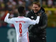 Leipzigs Trainer Ralph Hasenhüttl bedankt sich beim Torschützen Naby Keita.