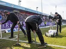 Das Spielfeld wird an den Seitenlinien um jeweils 2,5 Meter verkleinert, da es dort durch Eis unbespielbar war