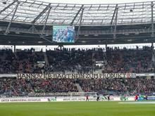 "Hannovers Fans zeigen vor dem Spiel unter anderem das Banner ""Hannover sagt Nein zum Produkt RB!"""