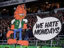 Fans haben einen Pappaufsteller als Protest gegen die Montagsspiele aufgestellt