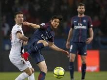 Doppeltorschütze Edinson Cavani (M.) von Paris St. Germain im Zweikampf mit Guingamps Christophe Kerbrat (l.)