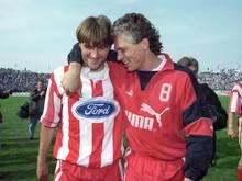 Konnte im Jahr 1996 einen Kölner Abstieg noch abwenden: Ex-Torjäger Toni Polster (r.)