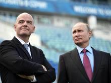 Russlands Präsident Wladimir Putin (re.) und FIFA-Chef Gianni Infantino