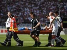 Lukas Rupp wird während der Partie gegen Stuttgart vom Platz getragen