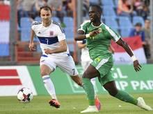 Luxemburgs Lars Gerson (l) beim Zweikampf mit Senegals Moussa Konate