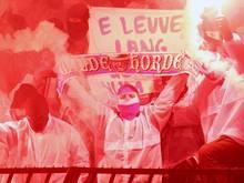 Vermummte Kölner Fans brennen auf der Tribüne in Belgrad Pyrotechnik ab