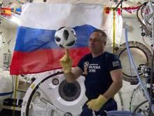Der russische Kosmonaut Anton Shkaplerov mit dem Ball für das WM-Eröffnungsspiel