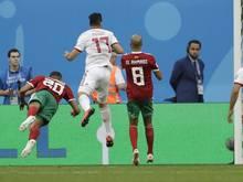 Marokkos Aziz Bouhaddouz (l.) erzielt das Eigentor zum 0:1 im Spiel gegen Iran