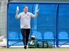 Englands Co-Trainer Steve Holland hält beim Training der Three Lions einen Zettel in seiner Rechten