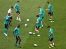 Die deutschen Nationalspieler schieben sich beim Training die Bälle zu