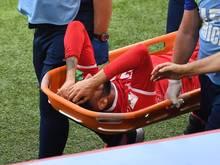 Der Tunesier Dylan Bronn wird verletzt vom Spielfeld getragen