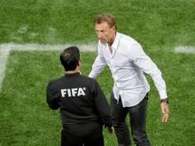 Marokkos Trainer Hervé Renard beklagt sich beim vierten Offiziellen über einen Schiedsrichterfehler